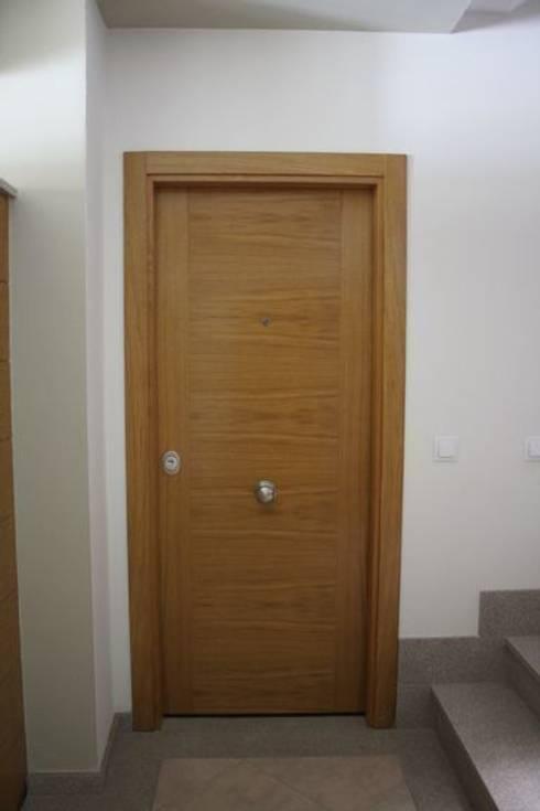 Puerta de seguridad.: Puertas y ventanas de estilo  de MUDEYBA S.L.