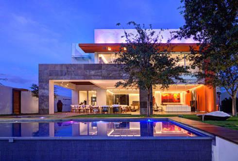 Casa Nocturna A - Jardín con alberca: Casas de estilo moderno por Ingrid_Homify