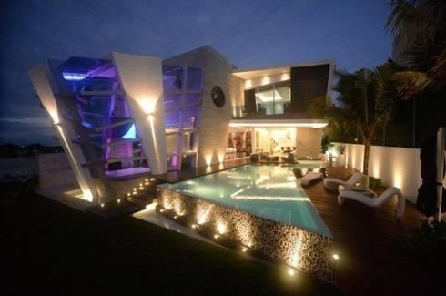 Interior Casa nocturna B - Alberca iluminada : Casas de estilo moderno por Ingrid_Homify
