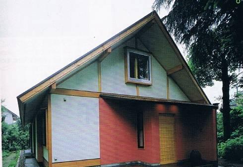 緑多い敷地に建つ小屋裏ギャラリー・アトリエのある家玄関外観: 株式会社 山本富士雄設計事務所が手掛けた家です。