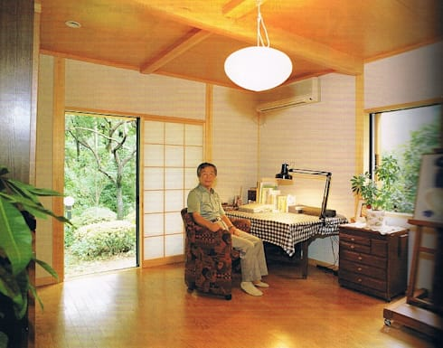 緑多い敷地に建つ小屋裏ギャラリー・アトリエのある家書斎: 株式会社 山本富士雄設計事務所が手掛けた和室です。