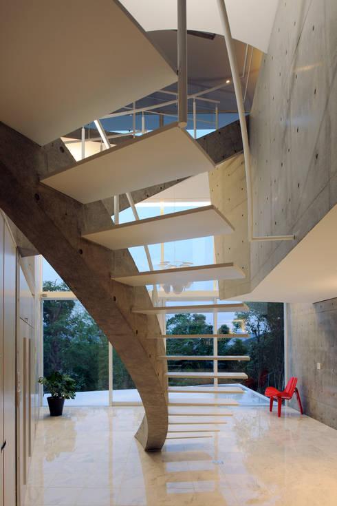Pasillos y recibidores de estilo  por Atelier Boronski