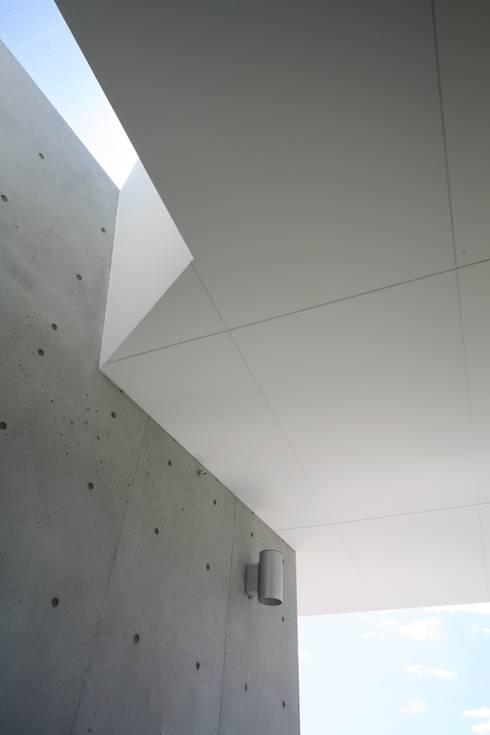 T House:  Walls by Atelier Boronski