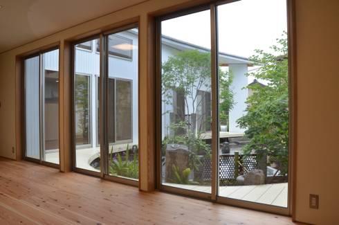 馬蹄屋根の家: ヒロノアソシエイツ一級建築士事務所が手掛けた窓です。