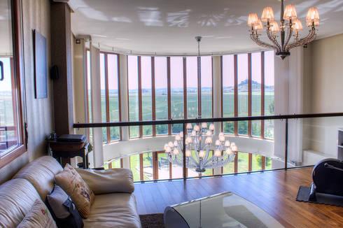 Salón doble altura: Salones de estilo moderno de Rubén Sánchez Albillo. Arquitecto