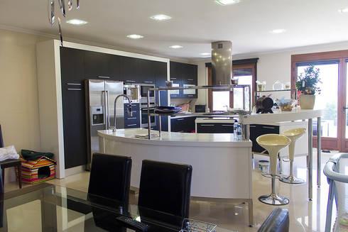 Cocina: Cocinas de estilo moderno de Rubén Sánchez Albillo. Arquitecto
