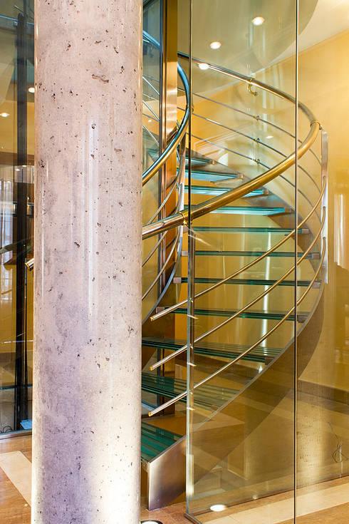 Detalle de escalera con ascensor: Pasillos y vestíbulos de estilo  de Rubén Sánchez Albillo. Arquitecto