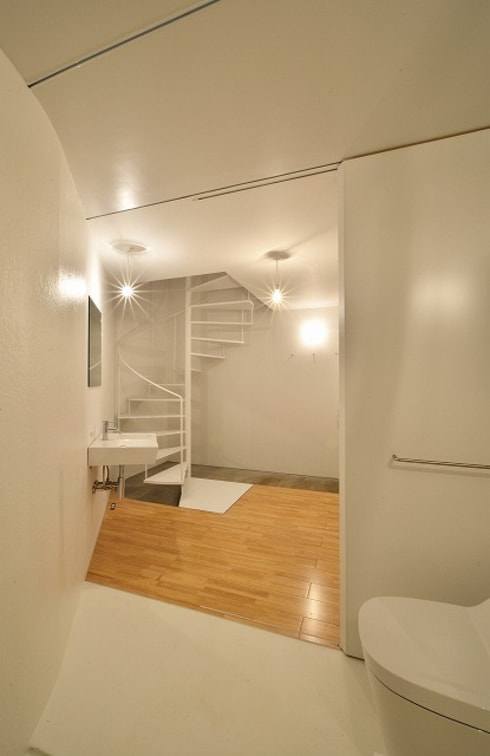 Pasillos y recibidores de estilo  por Niji Architects/原田将史+谷口真依子