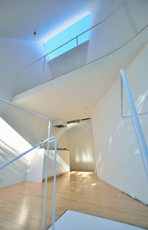鷹番の長屋 / Townhouse in Takaban: Niji Architects/原田将史+谷口真依子が手掛けたリビングです。