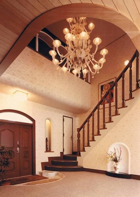 中庭に暮らすスペイン風パティオのある目白の家玄関ホール: 株式会社 山本富士雄設計事務所が手掛けた廊下 & 玄関です。
