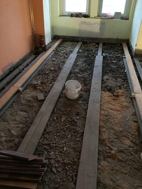 Typische Unterkonstruktion im Berliner Altbau: Holzbalkendecke mit alter Schüttung:   von Wärmekombinat GmbH