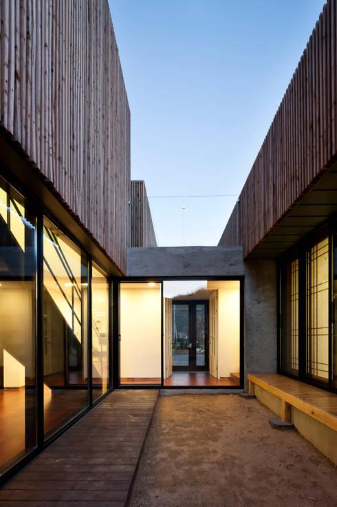 단산리주택 Dansanli House: ADF Architects의  베란다