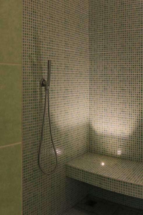Doccia: Bagno in stile in stile Rustico di AreaNova officina di architettura