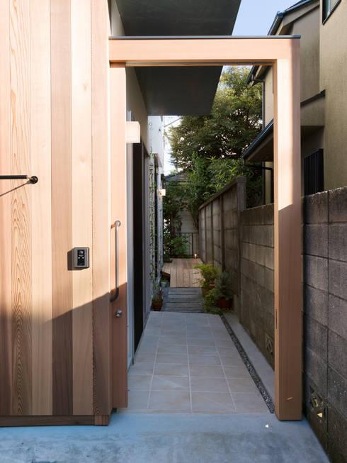 玄関: Far East Design Laboが手掛けた窓です。