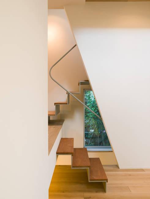 階段: Far East Design Laboが手掛けた廊下 & 玄関です。