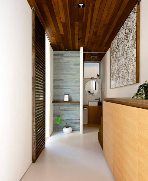 Projekty,  Korytarz, przedpokój zaprojektowane przez H建築スタジオ