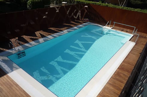 La piscina degli alberi misteriosi: Piscina in stile in stile Moderno di raffaele iandolo architetto