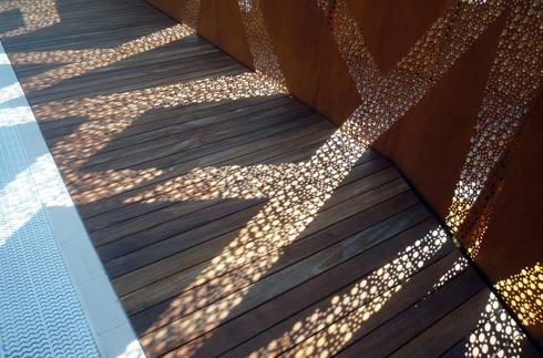 La piscina degli alberi misteriosi: Pareti & Pavimenti in stile in stile Moderno di raffaele iandolo architetto