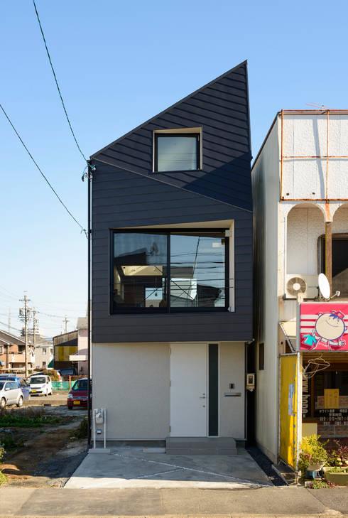 外観(北側、間口4m×奥行き25m): H建築スタジオが手掛けた家です。