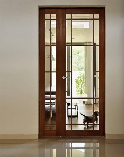 エントランスホール: H建築スタジオが手掛けた廊下 & 玄関です。