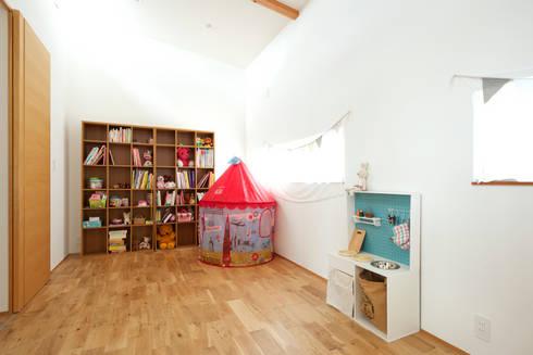 子供室(将来2つに仕切ることができる): H建築スタジオが手掛けた子供部屋です。