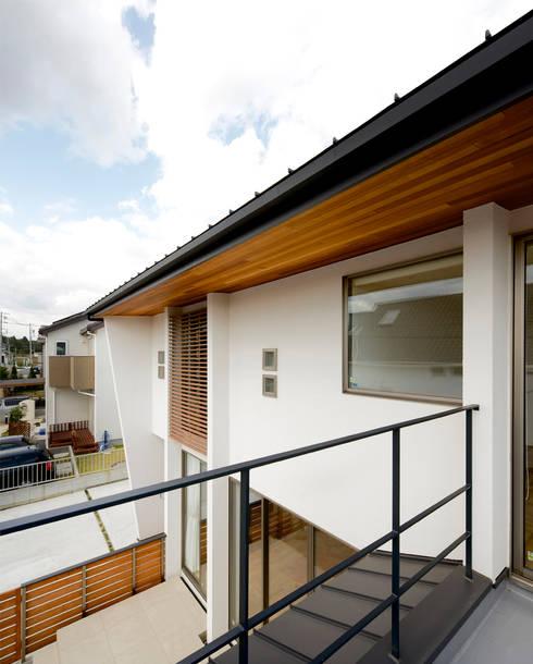 2階バルコニー(洗濯物干スペース): H建築スタジオが手掛けたベランダです。