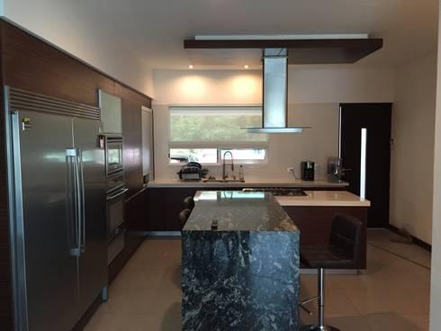 Interiorismo: Cocinas de estilo moderno por KAUS