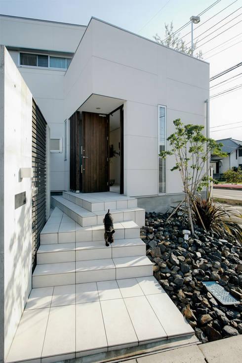 アプローチ: H建築スタジオが手掛けた家です。