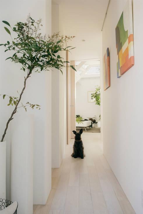 Pasillos y recibidores de estilo  por H建築スタジオ
