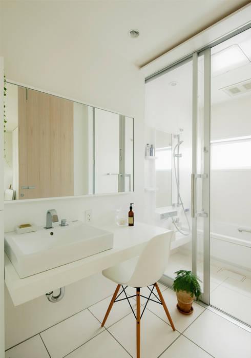 Baños de estilo  por H建築スタジオ