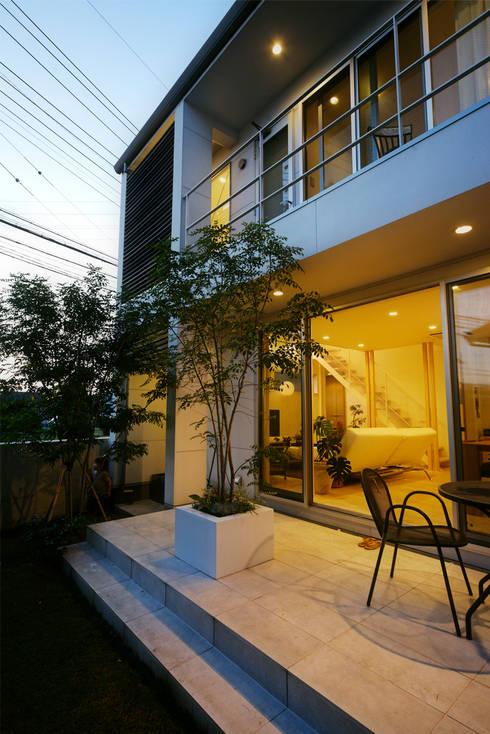 Jardines de estilo moderno por H建築スタジオ