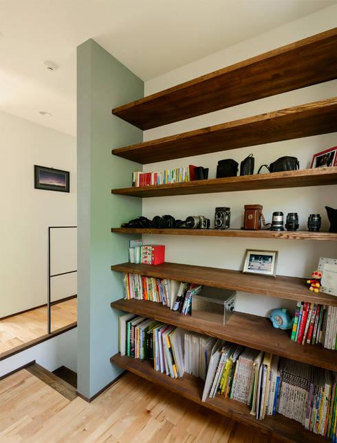 階段横のスペース: H建築スタジオが手掛けた廊下 & 玄関です。