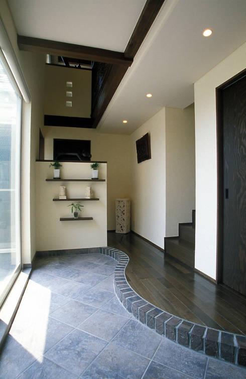 中庭エントランスのある家・・バリ風ハウス: ジェイ石田アソシエイツが手掛けた玄関&廊下&階段です。