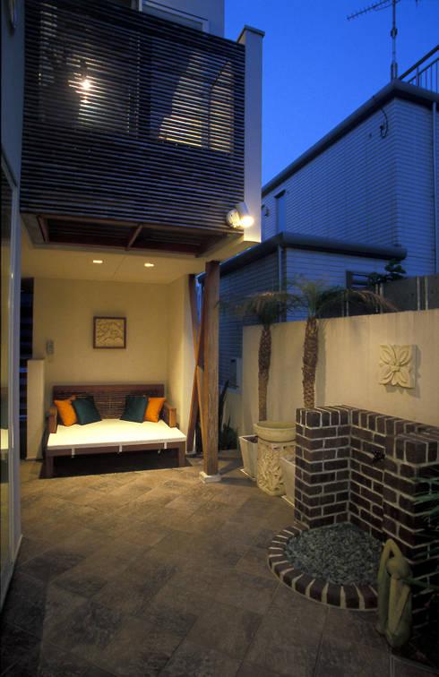 中庭エントランスのある家・・バリ風ハウス: ジェイ石田アソシエイツが手掛けた庭です。