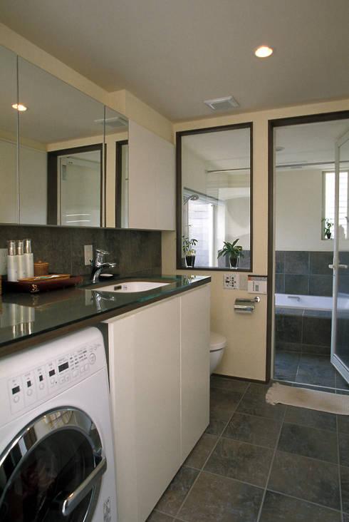 中庭エントランスのある家・・バリ風ハウス: ジェイ石田アソシエイツが手掛けた浴室です。
