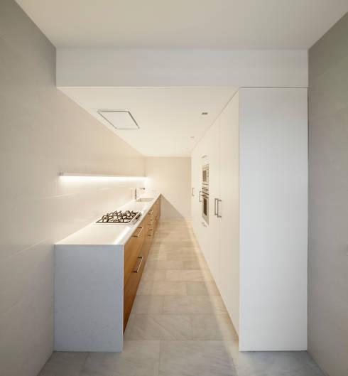 Casa CP: Cocinas de estilo minimalista de Alventosa Morell Arquitectes