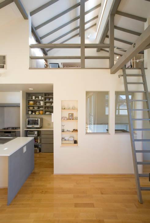 メロディーが囁く家: ジェイ石田アソシエイツが手掛けた廊下 & 玄関です。