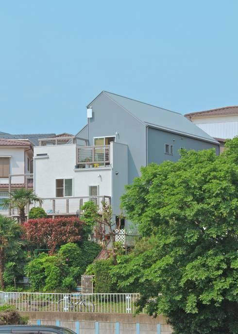 大きなお庭の2世帯住宅: ジェイ石田アソシエイツが手掛けた家です。