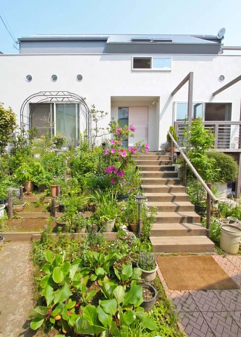 大きなお庭の2世帯住宅: ジェイ石田アソシエイツが手掛けた庭です。