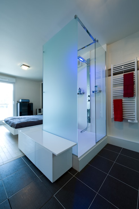 UNE DOUCHE DESIGN...: Salle de bains de style  par LA CUISINE DANS LE BAIN SK CONCEPT