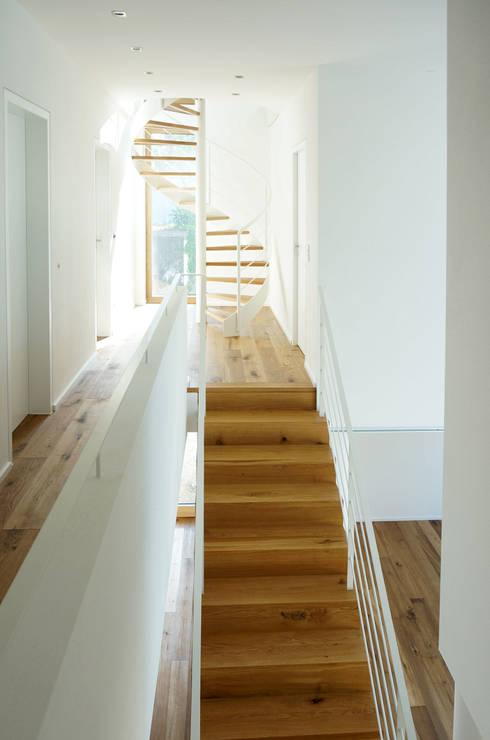 Pasillos y recibidores de estilo  por plan X architekten gmbh