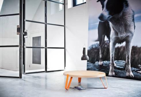 Level Oranje - Ø70cm - Hoogte 23cm : moderne Woonkamer door DesignStudioVandaag