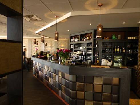Sparkle hanglampen in een restaurant in België: moderne Woonkamer door DesignStudioVandaag