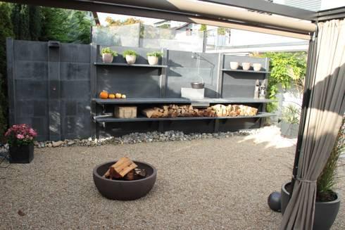WWOO buitenkeuken met vuurplaats en met douche in het antraciet: moderne Tuin door WWOO