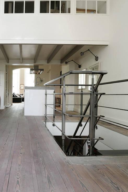 Renovatie souterrain en bel-etage aan de gracht: moderne Keuken door Kodde Architecten bna
