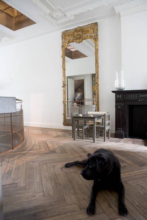 Renovatie en verbouwing woonhuis te Amsterdam:  Woonkamer door Kodde Architecten bna