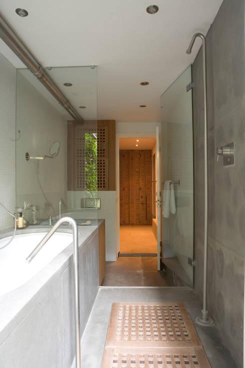 Renovatie en verbouwing woonhuis te Amsterdam:  Badkamer door Kodde Architecten bna