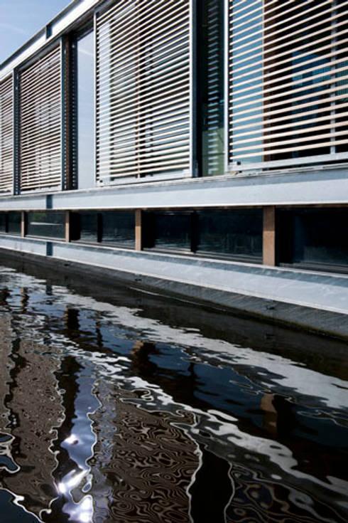 Woonboot in glas en staal: moderne Huizen door Kodde Architecten bna
