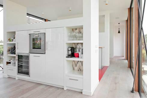 Woonboot in glas en staal: moderne Keuken door Kodde Architecten bna