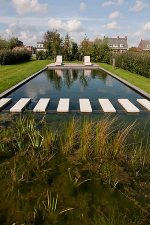 Woonboot in glas en staal: modern Zwembad door Kodde Architecten bna